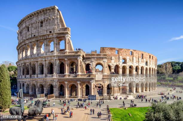 turistas frente al coliseo romano, roma, italia - roma fotografías e imágenes de stock