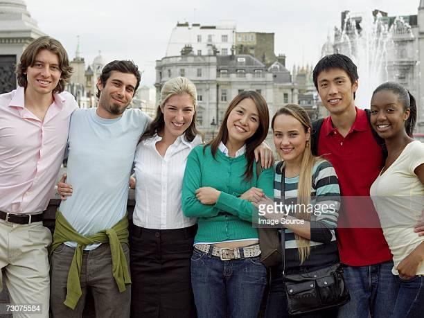観光客の前にトラファルガー広場 - 旅行地 ストックフォトと画像
