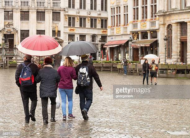 Touristen in Grand Place, Brüssel Während der regnerischen Wetter