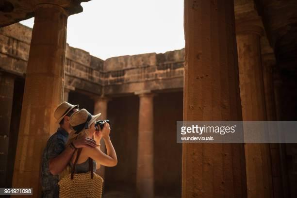 turistas en italia toman las fotos del sitio de la antigua arquitectura romana - egipto fotografías e imágenes de stock
