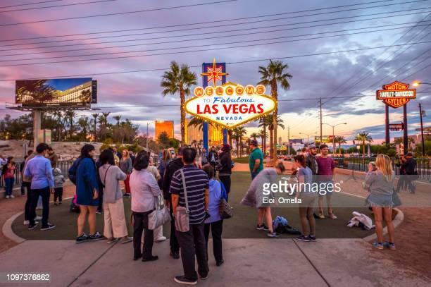 los turistas en las vegas firman al atardecer - las vegas fotografías e imágenes de stock