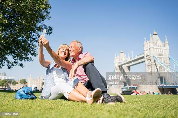 tourists in london taking a selfie - destinos turísticos fotografías e imágenes de stock