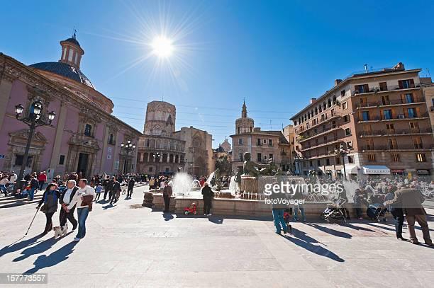 Touristen an der Plaza de la Virgen Valencia, Spanien