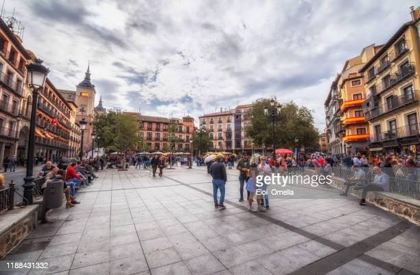 トレドのゾコドバー広場の観光客 - トレド ストックフォトと画像