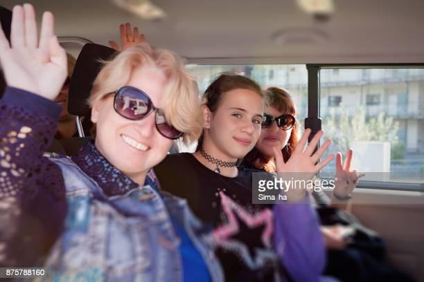Turistas en el coche listo para viajar