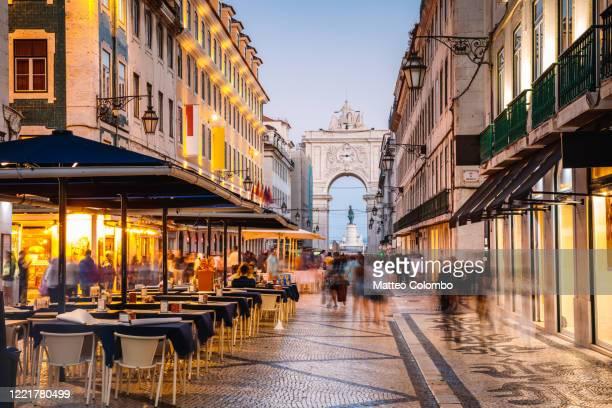 tourists in the city center of lisbon at night, portugal - lisboa - fotografias e filmes do acervo