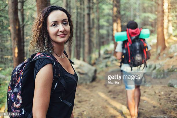 Touristes dans la forêt.