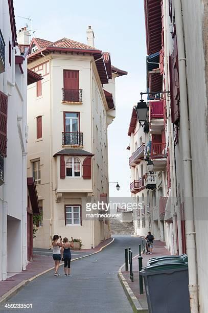 "turistas en la pequeña calle de saint-jean-de-luz. - ""martine doucet"" or martinedoucet fotografías e imágenes de stock"