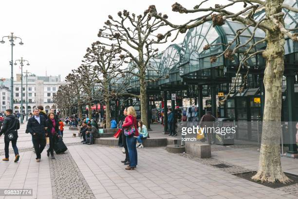 tourists in the town hall square, hamburg - town hall square stock pictures, royalty-free photos & images