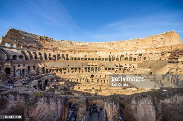 turistas dentro del coliseo , roma - italia - roma fotografías e imágenes de stock