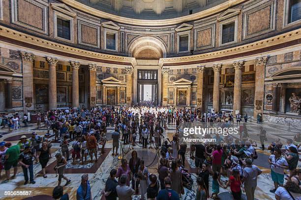 tourists inside the pantheon - pantheon roma foto e immagini stock
