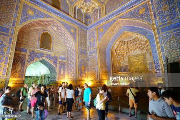 toeristen binnen de ulugh smeken, tanzania, afrika in samarkand, oezbekistan - oezbekistan stockfoto's en -beelden