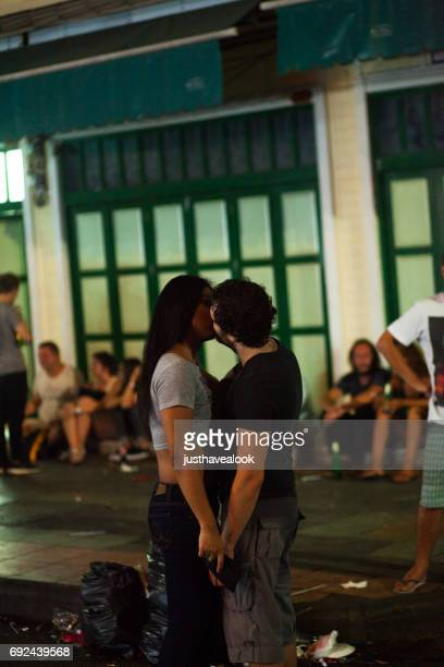 turistas besos transexuales tailandeses en khao san road en la noche - kathoey fotografías e imágenes de stock