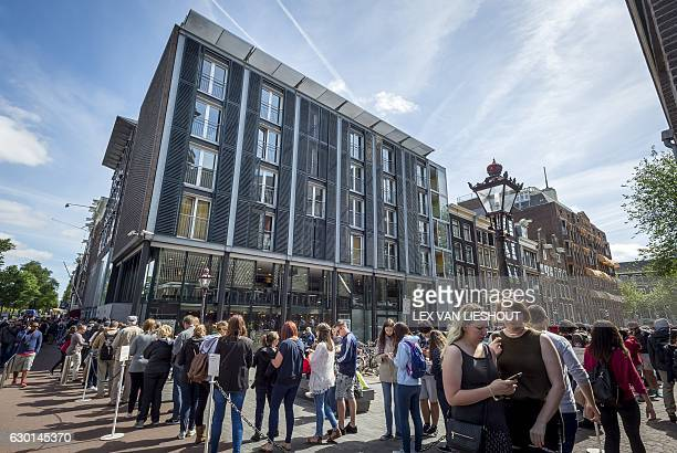 Tourists line up outside the Anne Frank house in Amsterdam on June 15 2015 / AFP / ANP / Lex van Lieshout / Netherlands OUT