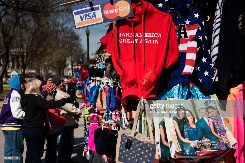 Tourists look at souvenirs near the White House on March 13, 2017 in Washington, DC. / AFP PHOTO / Brendan Smialowski