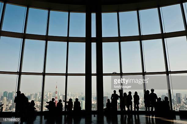 東京の観光客を見渡す街のランドマークタワーのダウンタウンにある高層ビル - 六本木ヒルズ ストックフォトと画像
