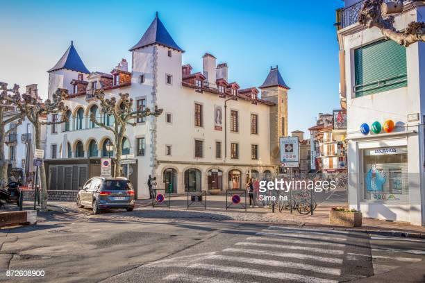 Turistas cerca de la casa Maison Louis XIV en el puerto de Saint-Jean-de-Luz, Francia