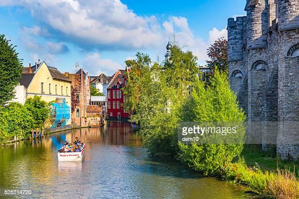 Turistas en una embarcación de excursión por los canales de Gante