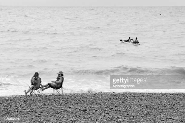 tourists on brighton beach - brighton beach england stock pictures, royalty-free photos & images