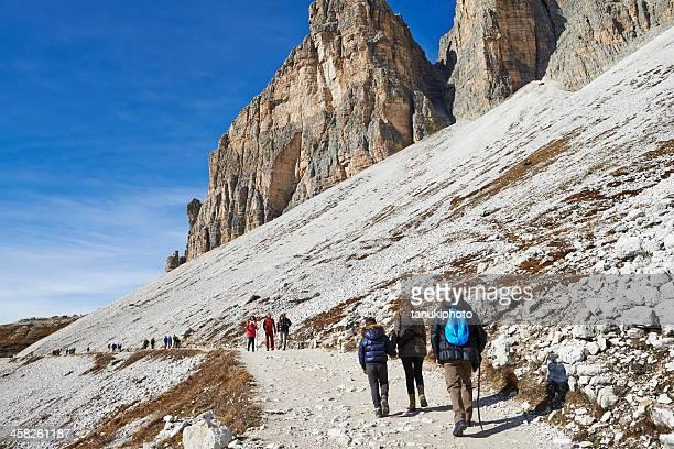 旅行者たちに旅行のドロミテトレイル - ベッルーノ ストックフォトと画像