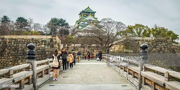 Touristen auf Standseilbahn Brücke über einem Burggraben umliegenden Burg Osaka, Japan