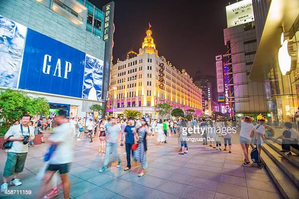 tourists on nanjing road - nanjing road stockfoto's en -beelden
