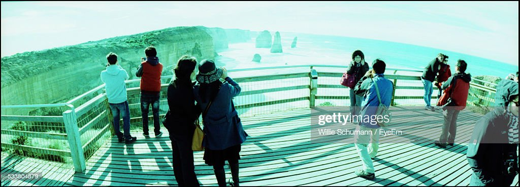 Tourists On Observation Point Of Canyon : Foto stock