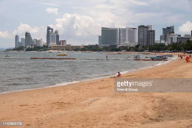 tourists on pattaya beach with skyline. - golf von thailand stock-fotos und bilder