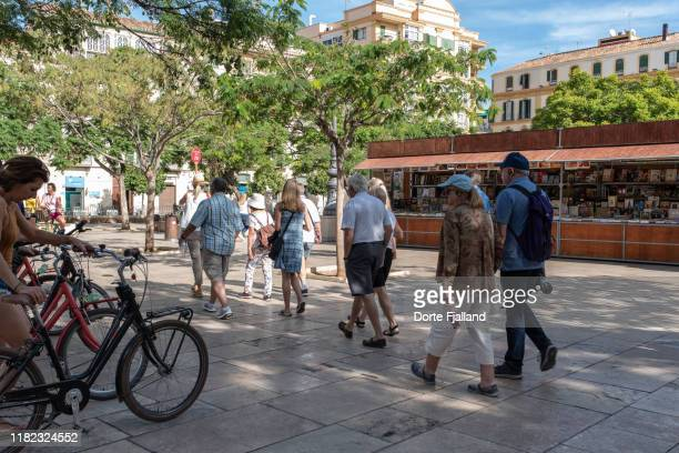 tourists on plaza de la merced in málaga on a sunny day - dorte fjalland stock-fotos und bilder