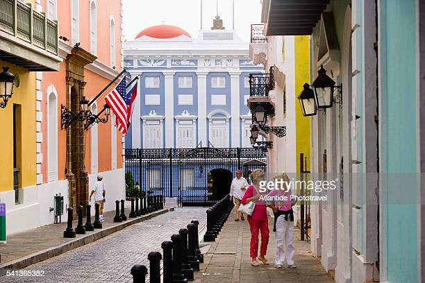 tourists on street at la fortaleza - san juan stock pictures, royalty-free photos & images