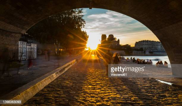 tourists on street in paris during sunrise, france - hauptstadt stock-fotos und bilder