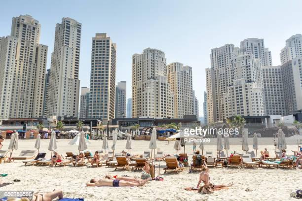 touristen am strand von dubai marina (jumeirah) - pjphoto69 stock-fotos und bilder