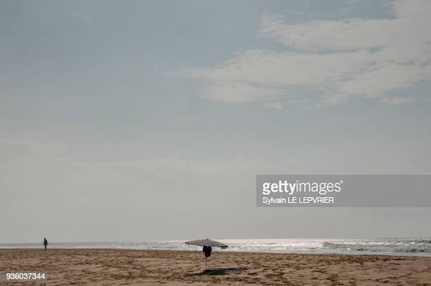 touristes sur la plage. - biscarrosse photos et images de collection
