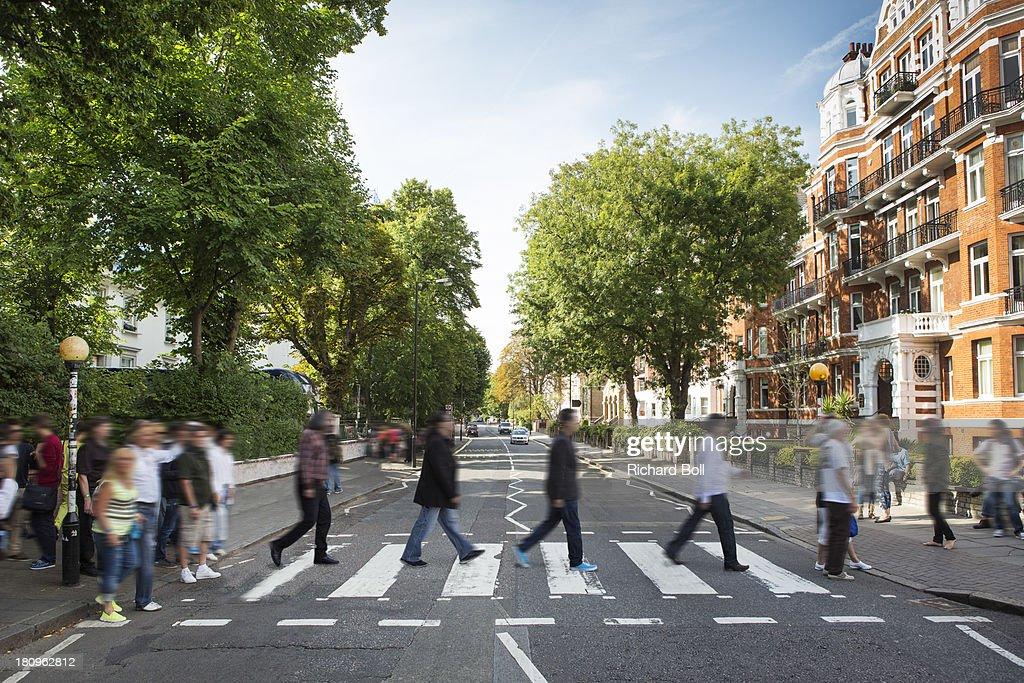 Tourists on the iconic Abbey Road zebra crossing : Stock Photo