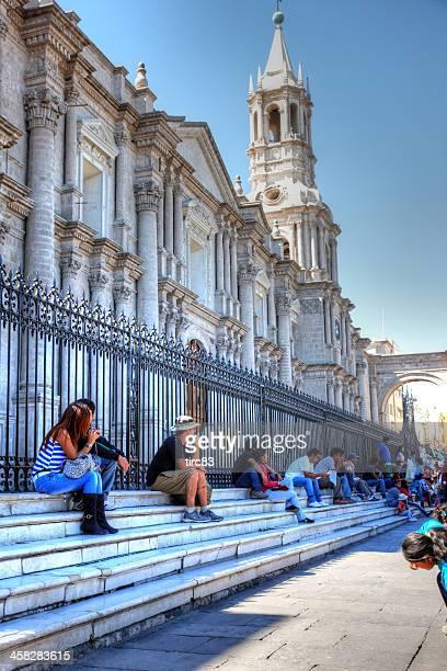 Turistas en los pasos fuera de la catedral de Arequipa