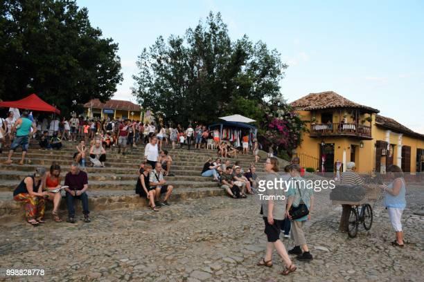 toeristen op de straat in trinidad - sancti spiritus provincie stockfoto's en -beelden