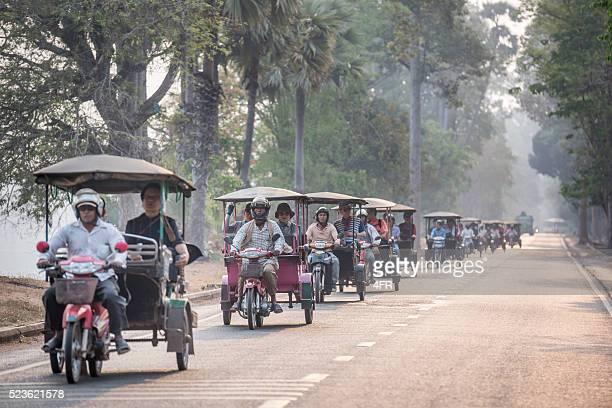 観光客の間にアンコールワットまで、カンボジア - アンコールワット ストックフォトと画像