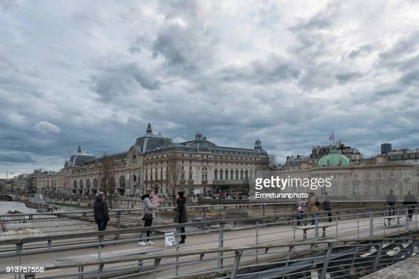 tourists over the bridge on seine river and museum buildings at the background,paris. - emreturanphoto stock pictures, royalty-free photos & images