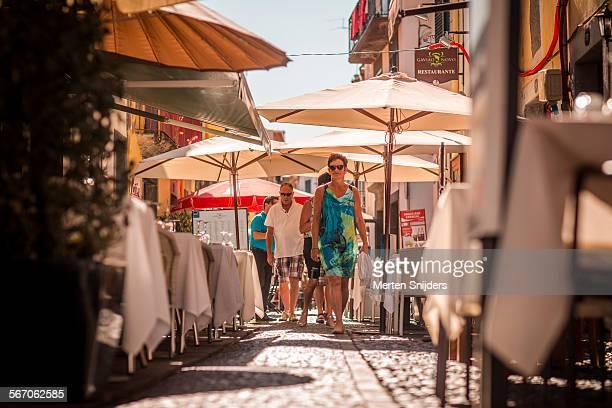 tourists passing through rua de santa maria - merten snijders stockfoto's en -beelden