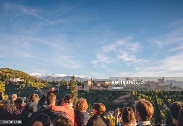 turistas fotografiando alhambra - alhambra granada fotografías e imágenes de stock