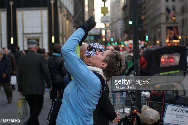 turistas fotografando em nyc - editorial - fotografias e filmes do acervo