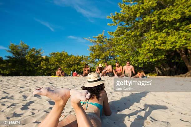 Touristen am Sandstrand des Playa Ancon, Kuba