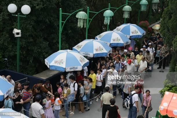 Tourists queue up for visit jelly fish acquarium at Ocean Park 01 May 2006