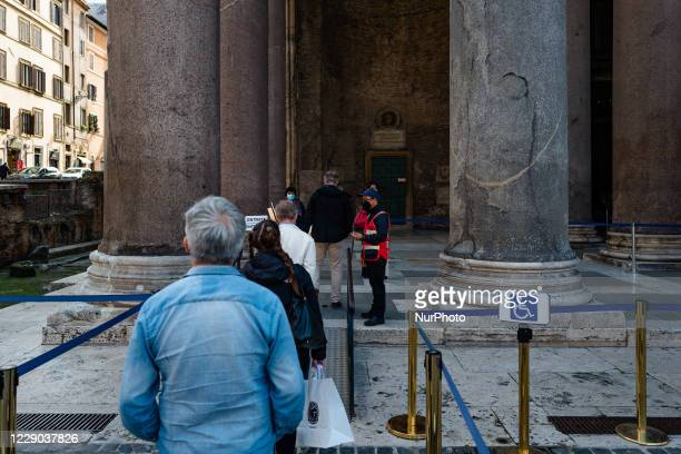 Tourists queuing at Piazza Rotonda to visit the Pantheon in Rome on 12 October 2020 The data of the Covid19 positives in Rome grow to 158 in the 24...