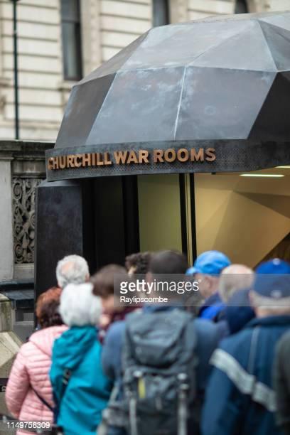 los turistas que hacían cola fuera de churchill war rooms en westminster, londres, reino unido - the churchill war rooms fotografías e imágenes de stock