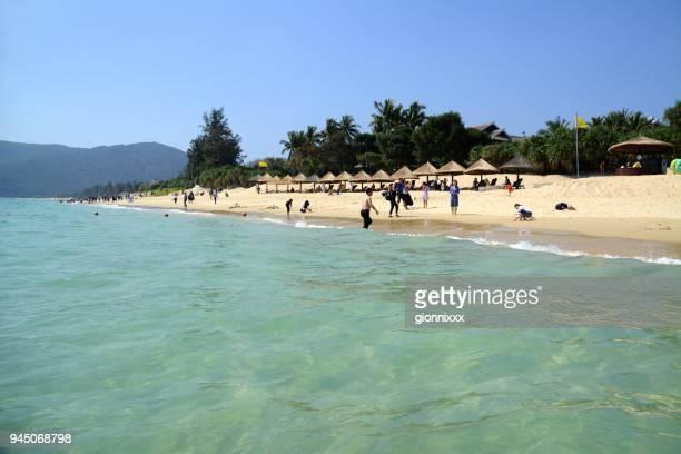 tourists relaxing at yalong bay, sanya, hainan, china - sanya stock pictures, royalty-free photos & images