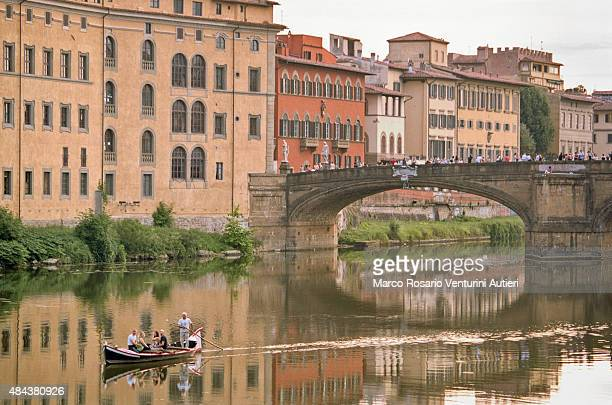 tourists' rowing boat in florence, italy - arno stockfoto's en -beelden