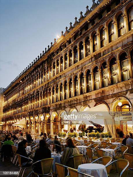 tourists sitting in piazza san marco at dusk   - yeowell stock pictures, royalty-free photos & images