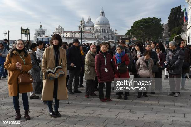 Tourists stroll near Piazza San Marco in Venice on January 19 2018 / AFP PHOTO / Andrea PATTARO
