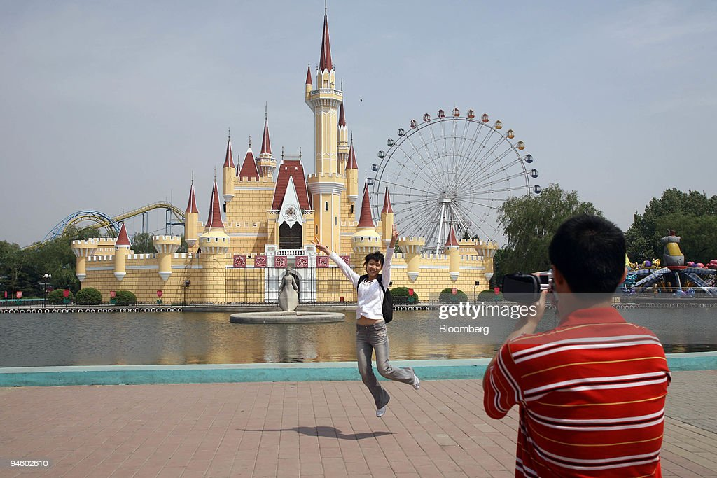 Tourists take pictures of each other in front of Cinderella' : News Photo